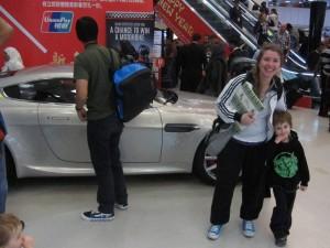 Noel och Mirjam poserandes framför en Aston Martin