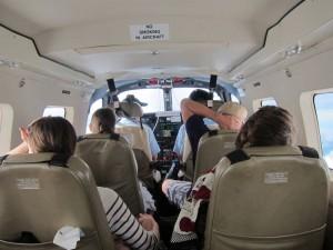 Väl fastspända inuti flygplanet på väg till Ukarumpa