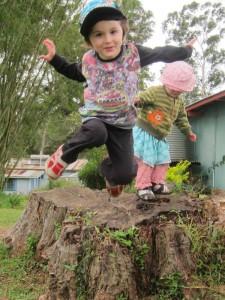 Noel hoppandes från en stubbe. Av copyright skäl klippte vi bort pojken han hoppade med.