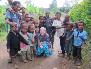 I Onamona fick vi snart ett följe av nyfikna barn.