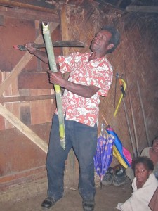 Aris make öppnar vattenfylld bambu med en bushkniv