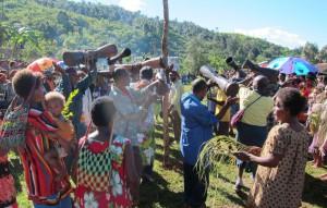 Vid invigningscermonin av bibeln användes trummorna flitigt.