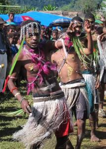 Några unga män från området klädde up sig och gav en traditionell (?) dans uppvisning.