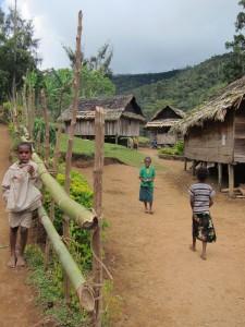 Husen i Hoboc är byggda med skrädda brädor till skillnad från den vävda bambu som används i Highlands.